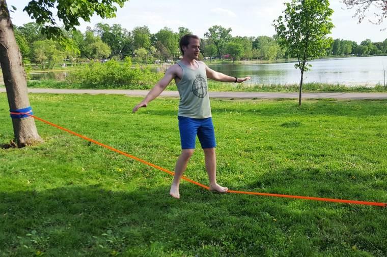 Cómo configurar un Slackline -Establecer la cuerda baja