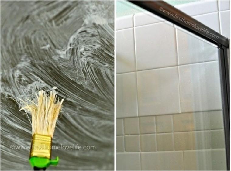 Use un limpiador ácido para las manchas de agua en el vidrio de su ducha