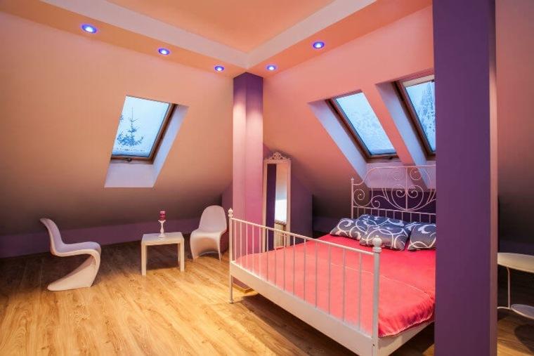 Pequeña habitación en el atico con techo abovedado y luces empotradas