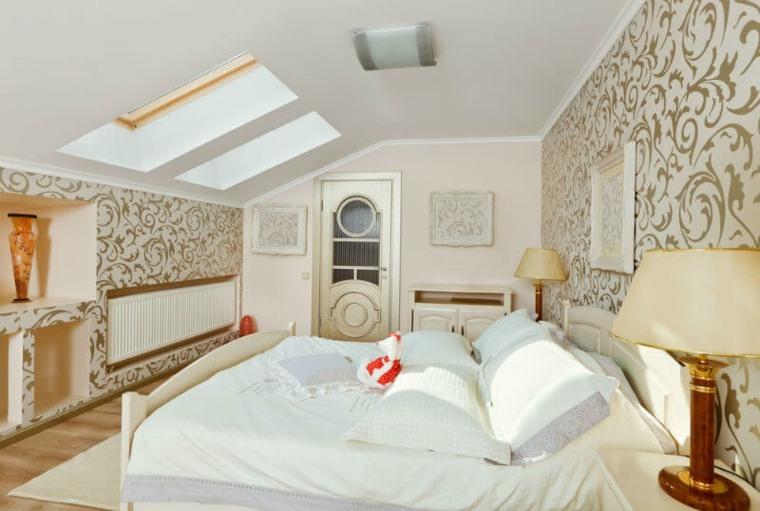 Elegante habitación en el atico con detalles en blanco y dorado