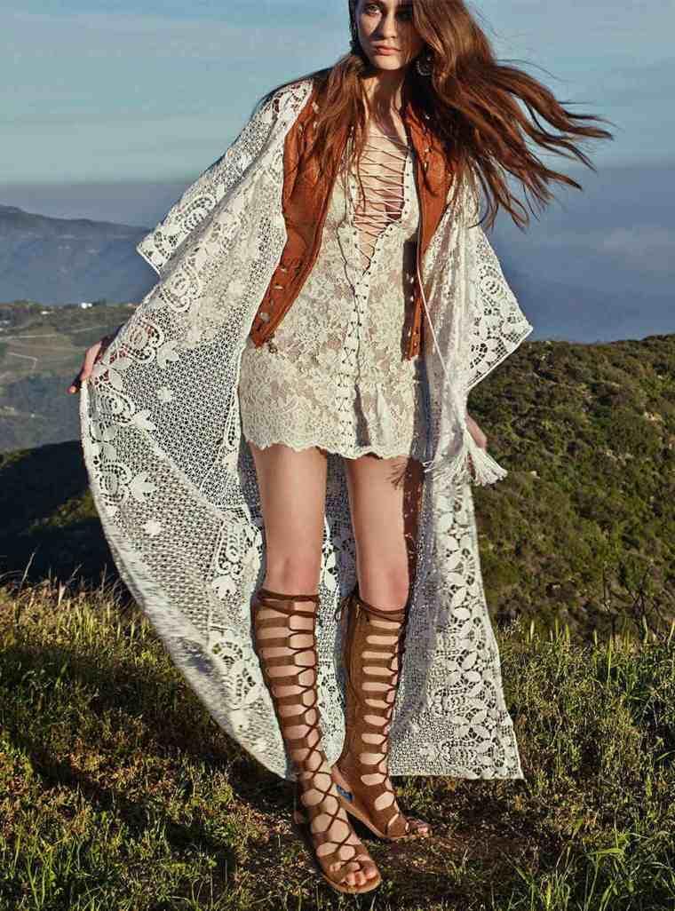 Vestido de algodón blanco y fluido con sandalias de gladiador