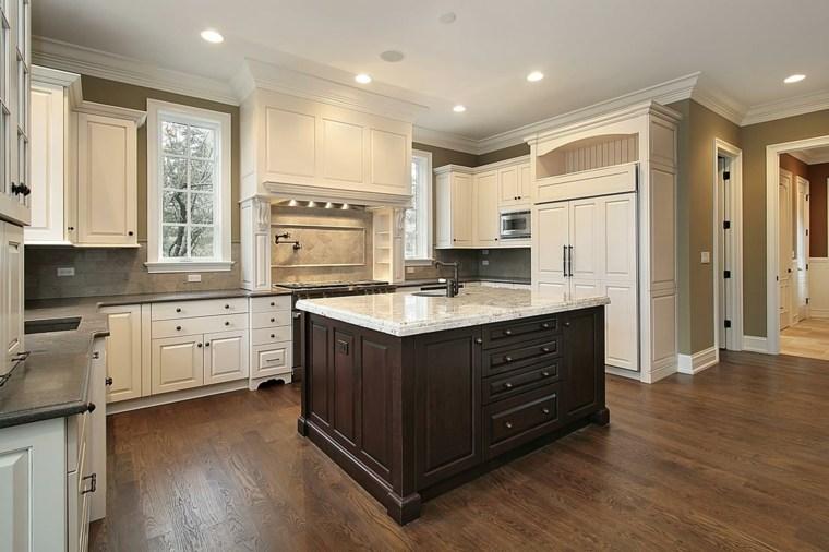 gabinetes color crema e isla de madera