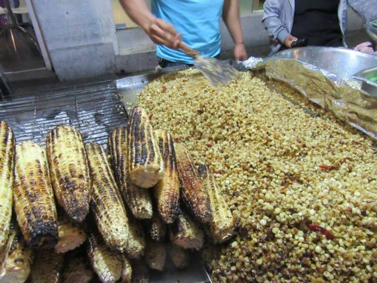 masa a base de maíz al vapor en una hoja de plátano