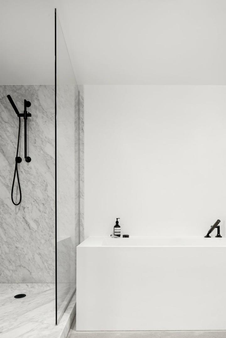 minimalista-marmol-estantes-paredes