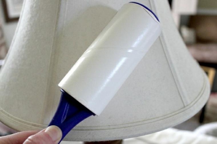 Limpiar el polvo de sus superficies con un rodillo de pelusa adhesivo