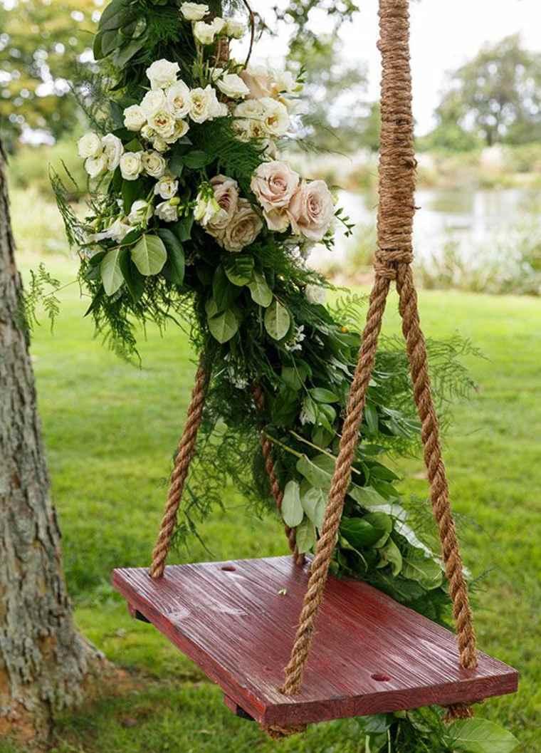Columpio de jardín decorado con flores