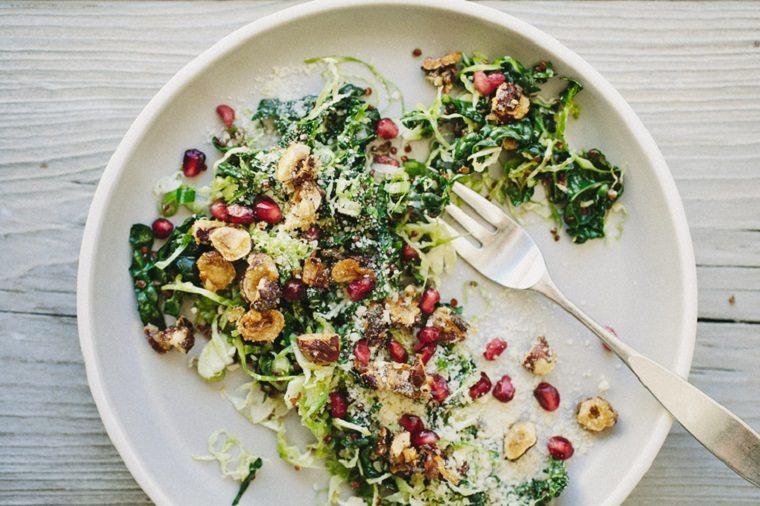 recetas-vegetarianas-faciles-ensalada-col-bruselas-col-rizada-ideas-deliciosas
