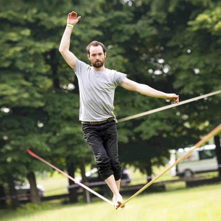Slacklining es el deporte de caminar una pequeña cuerda de nylon