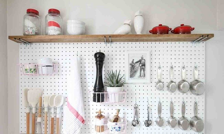 accesorios-de-cocina-ideas-tablejo-clavijas-estante