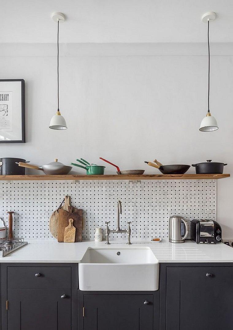 accesorios-de-cocina-ideas-tablejo-clavijas-fregadero-estante