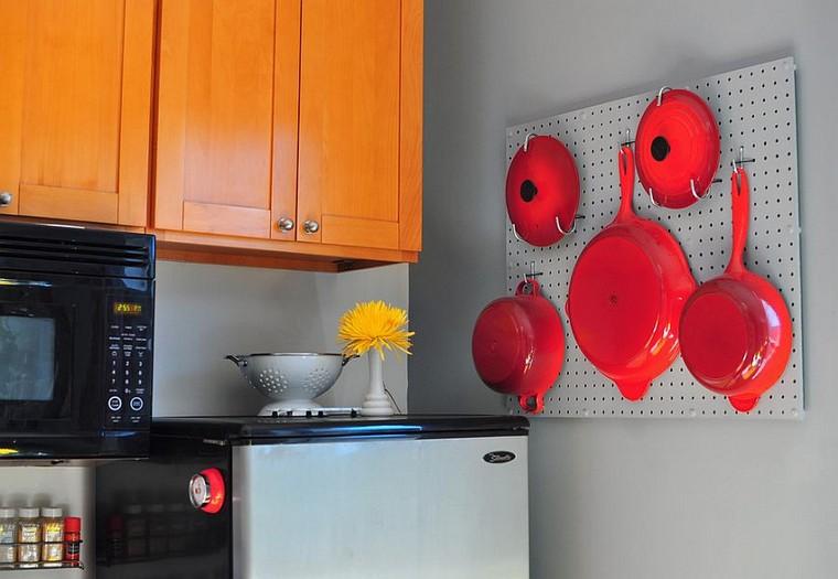accesorios-de-cocina-ideas-tablejo-clavijas-sartenes-rojos