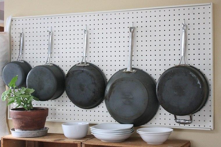 accesorios-de-cocina-ideas-tablejo-clavijas-sartenes