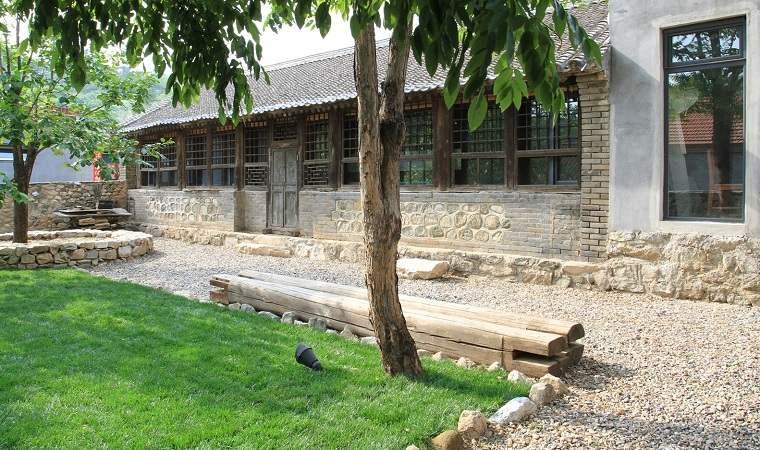casa-rural-jardin-banco-madera
