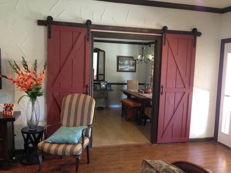 puertas corredizas de madera rojas