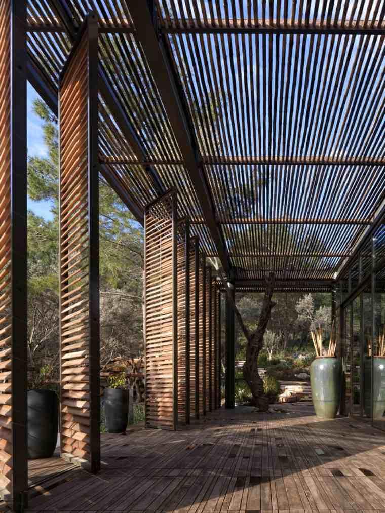 Una gran cubierta rodea y da sombra a la casa club