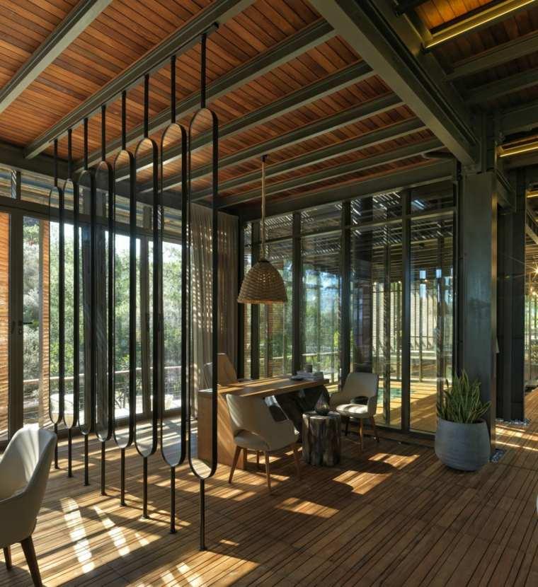 En el interior la madera se muestra más cálida