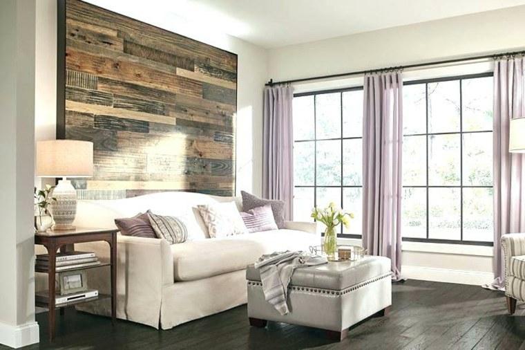 salón con pared de acento de madera