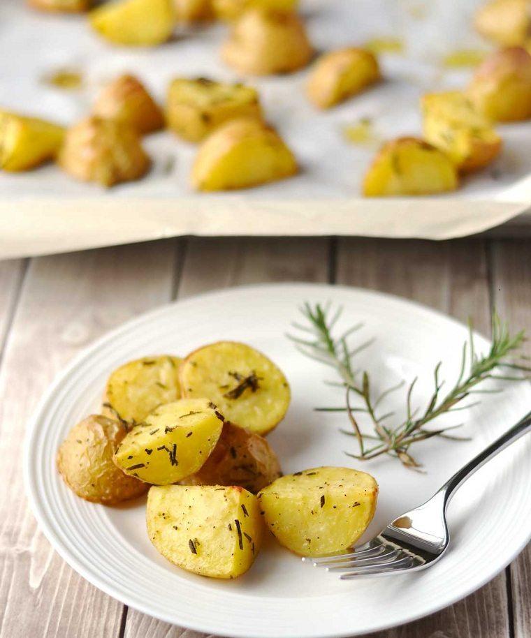 patatas-al-horno-romero-receta-ideas-ricas-rapidas