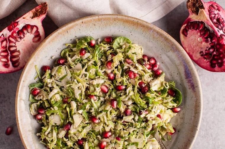 recetas-de-navidad-ensalada-coles-bruselas-granadas