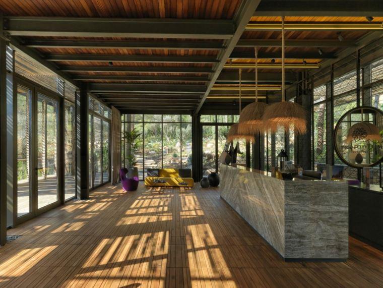 Área de recepción rodeada de paredes de vidrio