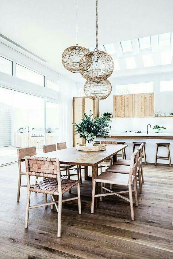 sillas-madera-lamparas-redondas