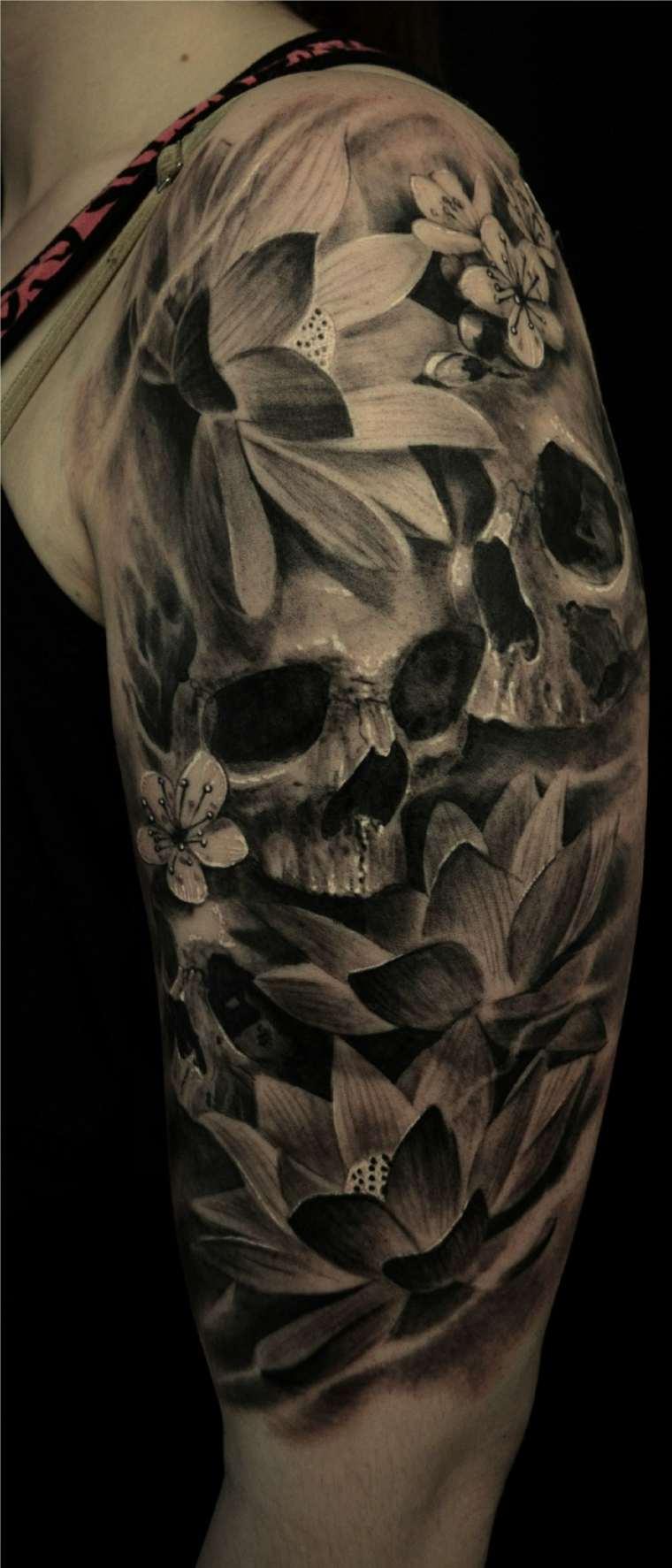tatuaje-calaveras-flores-hombro-opciones