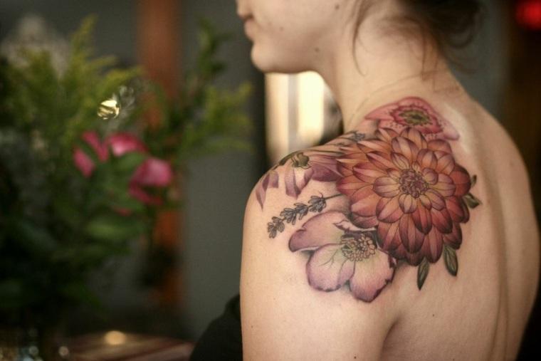 tatuaje-delicado-mujer-flor-hombro