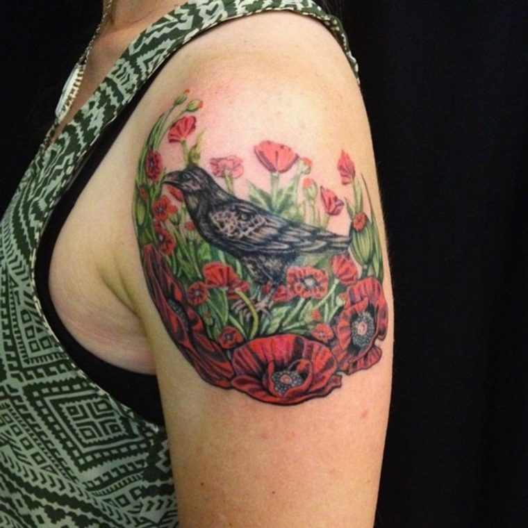 tatuaje-hombro-pajaro-flores