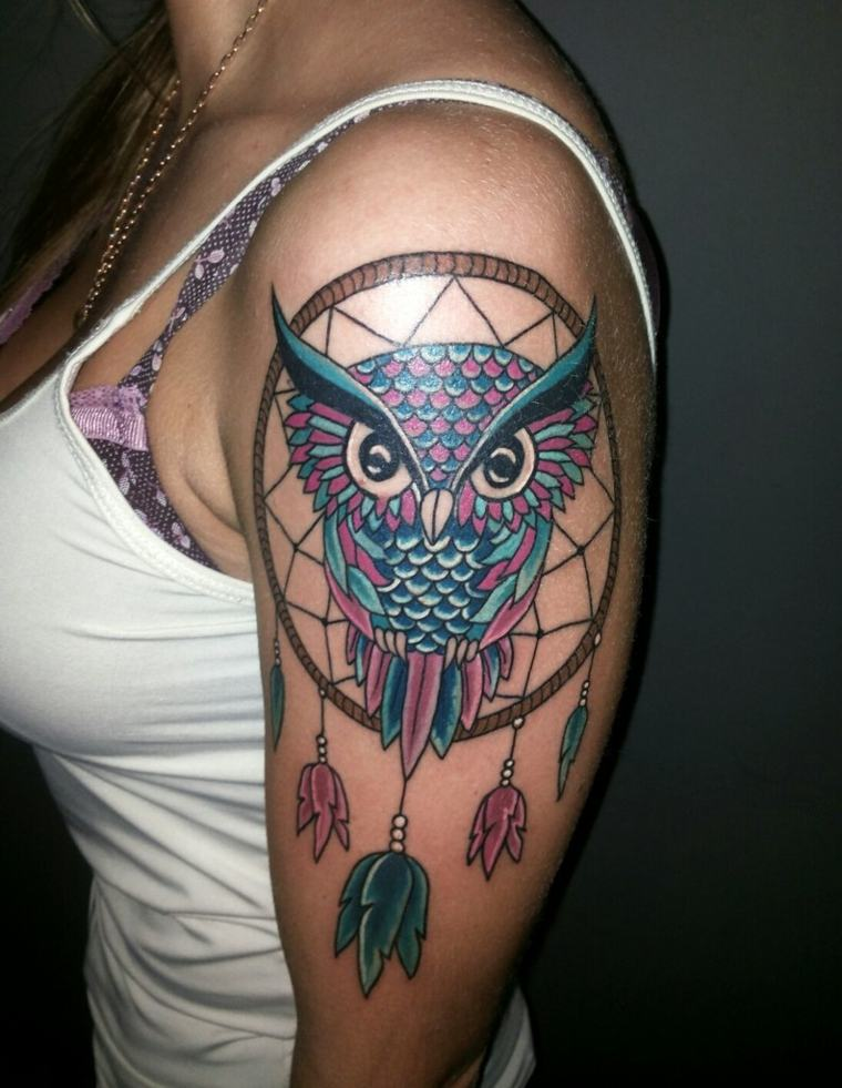 tatuaje-mujer-hombro-cazador-suenos-buho