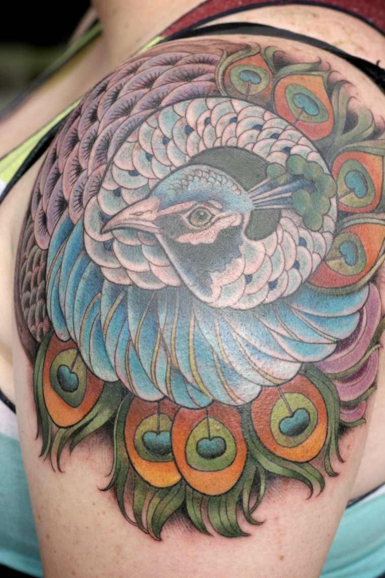 tatuaje-pajaro-hombro-colores