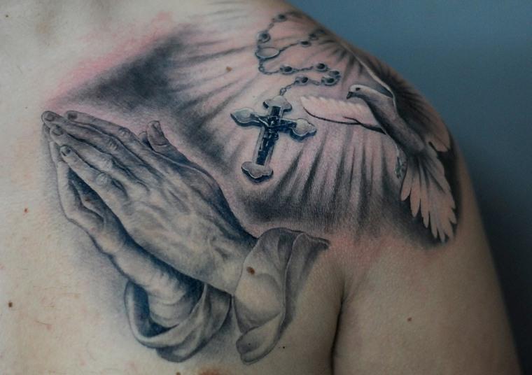 tatuajes-hombro-cruz-paloma-divinidad