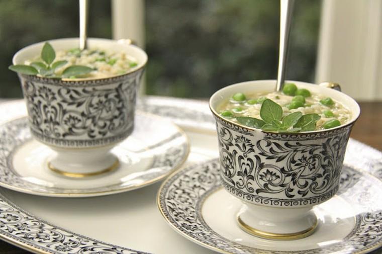Sopa de pollo limón con pasta de perlas, guisantes y rúcula