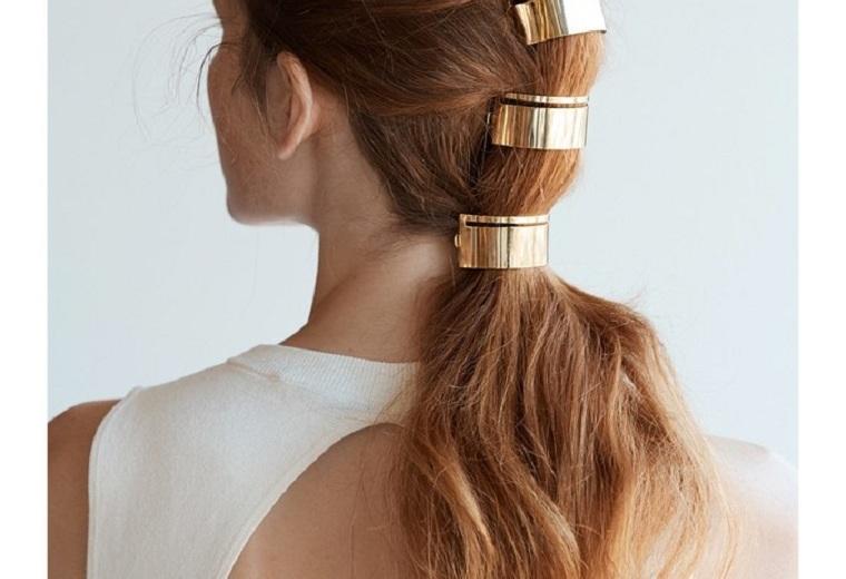 cola-caballo-alta-detalles-dorados-cabello
