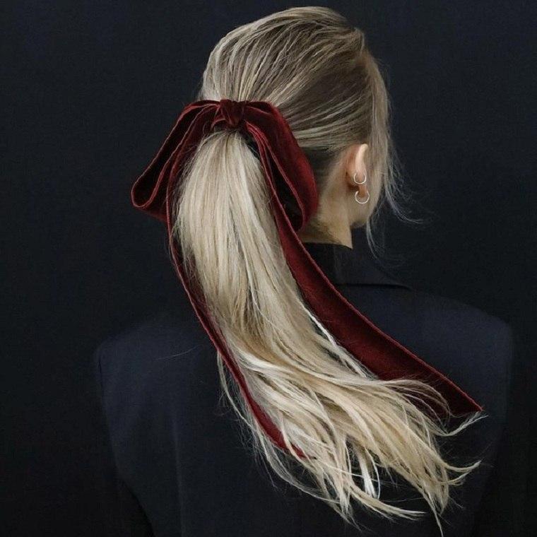 cola-caballo-alta-detalles-lazo-rojo