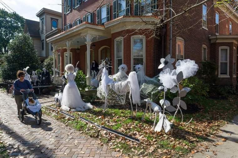 fantasmas para Halloween en-el-jardín