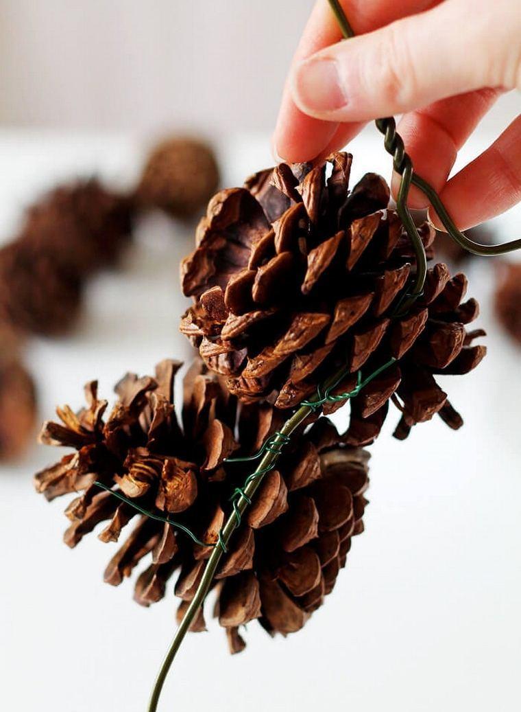 fijando-conos-pino-navidad