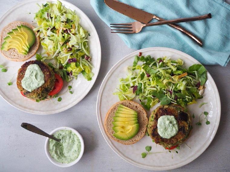 hamburguesas-veganas-berenjena-calabcin-aguacate