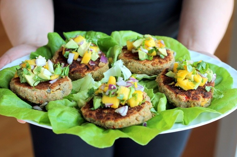hamburguesas-veganas-lentejas-mango-aguacate