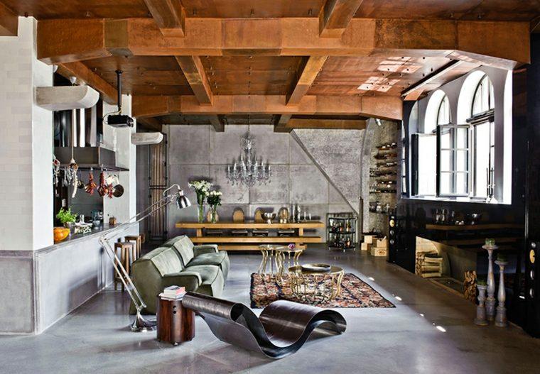 Eclecticismo discreto en las formas de muebles y techos de la sala de estar