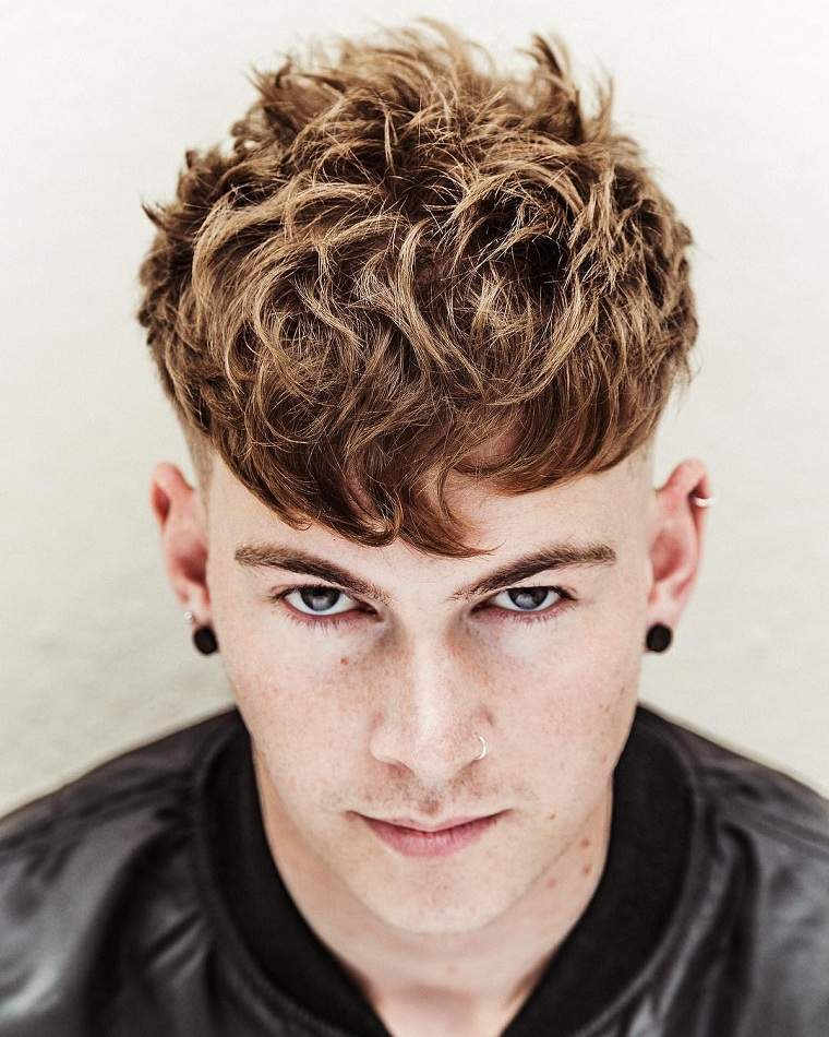 peinados hombre-ideas-originales-cabello-rizado
