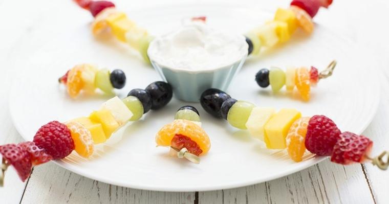 pinchos-de-frutas-con-salsa