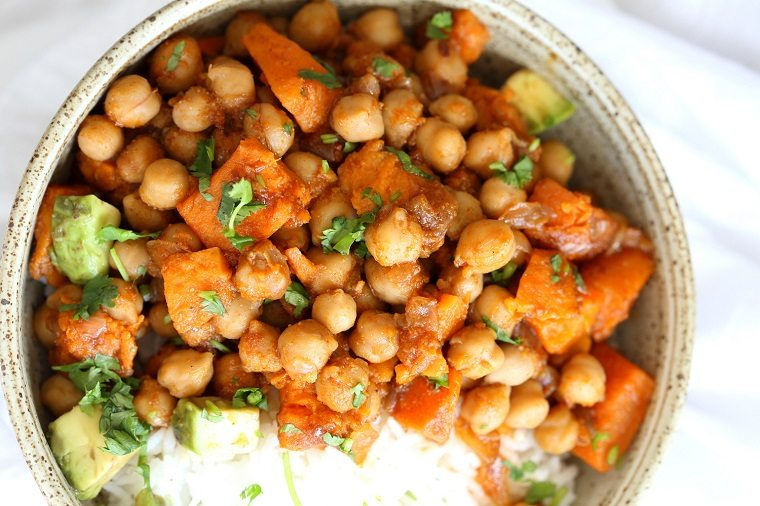recetas-veganas-faciles-guiso-patatas-dulces-guisantes