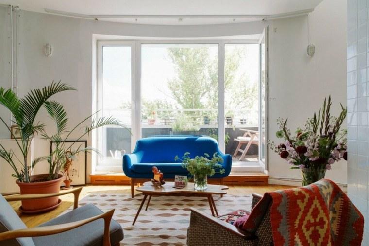 el mobiliario y la decoración son de colores naturales