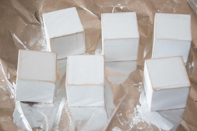 adorno-navideno-colgar -arbol-muneco-nieve-bloques-madera-ideas