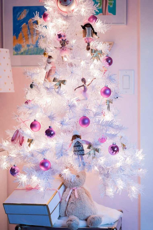arbol-de-navidad-pequeno-blanco-bolas-rosa