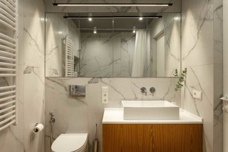 bano-marmol-madera-apartamento-moderno