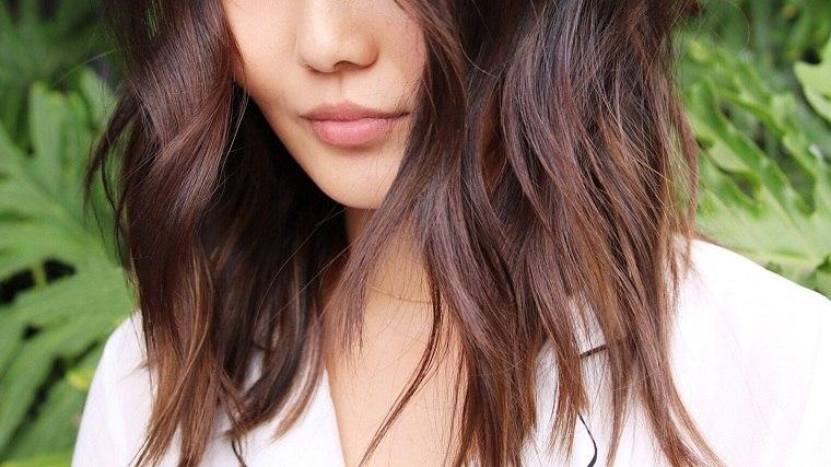 cabello-castano-corto-ondulado-mujer