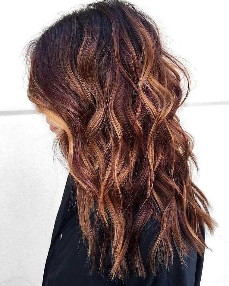 cabelo-rizado-ondulado-estilo-moderno