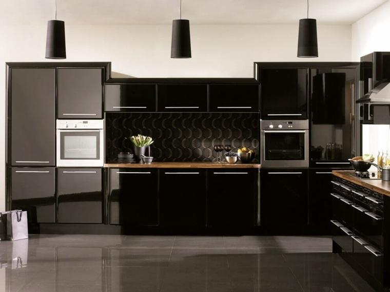 cocina-negra-encimeras-madera-oscura