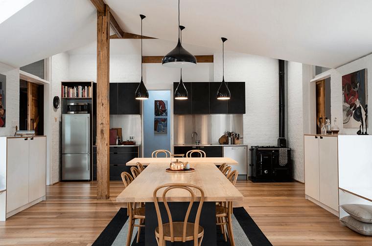 cocina-negra-mesa-comedor-madera-ideas